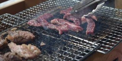 ドットわんの素材のお肉を網焼き